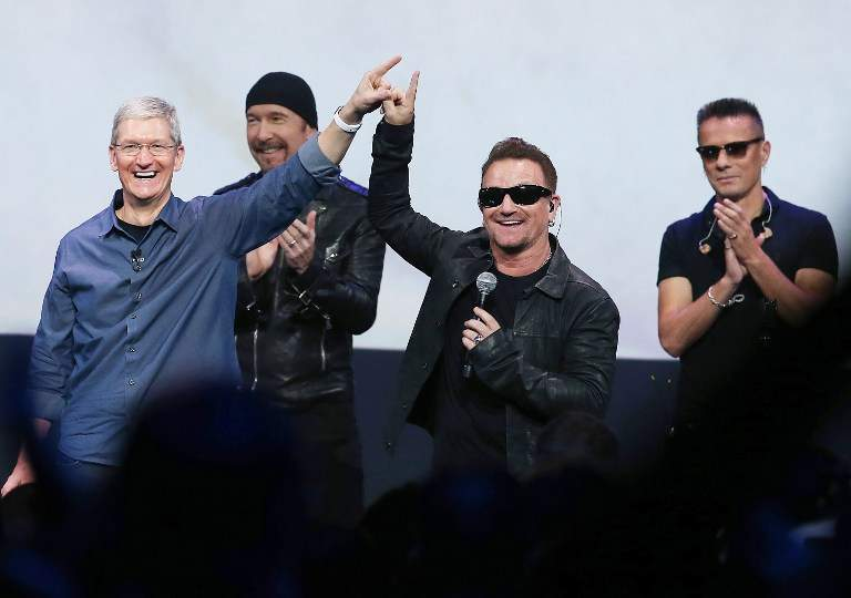 Tim Cook (Apple) et Bono, leader de U2